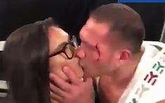 Hôn môi kiểu cưỡng ép, võ sĩ hạng nặng bị cấm thượng đài