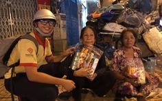 Học trò Sài Gòn tặng quà tết cho người nghèo mưu sinh trong đêm