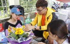 Sinh viên 'ăn nắng ngủ sương' bán hoa dịp lễ 8-3 thu chục triệu đồng