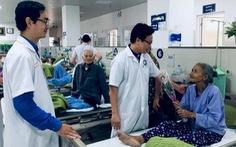 Nam bác sĩ mua hoa tặng nữ bệnh nhân ung thư ngày 8-3
