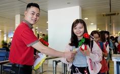 Vietjet chúc mừng các nữ hành khách tại sân bay