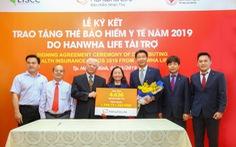 Hanwha Life Việt Nam trao tặng hơn 4.600 thẻ BHYT cho người nghèo