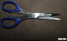 Vợ dùng kéo đâm chết chồng nghi do mâu thuẫn gia đình