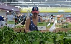 Khách Tây chuộng rau bọc bằng lá chuối trong siêu thị