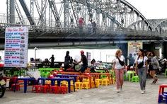 Chợ tự phát dưới chân cầu Trường Tiền 'đe dọa' phố đi bộ