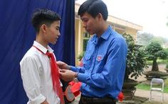 """Tặng huy hiệu """"Tuổi trẻ dũng cảm"""" cho nam sinh cứu 3 học sinh đuối nước"""