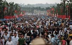 Đền Hùng đang tràn ngập người, ăn mặc không đúng quy định bị chặn lại