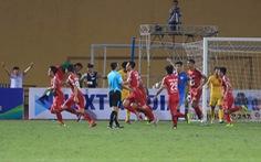 Trung vệ Bùi Tiến Dũng ghi bàn giúp Viettel đá bại Nam Định