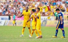 10 cầu thủ Sông Lam Nghệ An đá bại Thanh Hóa