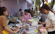 Nhà văn Nguyễn Nhật Ánh ký tặng tại hội sách Đà Nẵng