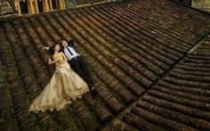 Nằm lên mái nhà cổ để chụp ảnh cưới tại Hội An