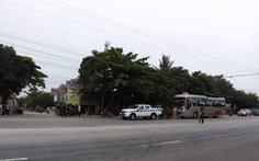 Chặn xe khách, hai nhóm người nổ súng bắn nhau