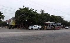 Tạm giữ hai nhóm người chặn xe khách, nổ súng giữa ban ngày