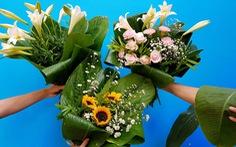 Mát mắt nhìn những bó hoa tươi gói bằng lá dong