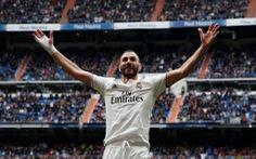 Benzema lập hat-trick giúp Real Madrid nuôi hi vọng...á quân