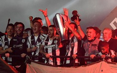 Video sân Stadio Toumbas 'chìm' trong pháo sáng khi PAOK đăng quang sau 34 năm