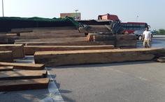 Xe chở gỗ lật giữa đường, nhiều người 'hú vía'