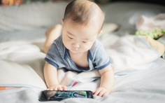 WHO lần đầu tiên khuyến cáo không cho trẻ dưới 1 tuổi xem điện thoại