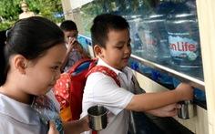 Trường học cấp tốc treo rèm, nấu nước mía lau... cho học sinh chống nóng