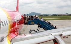 Airbus A321 chở khách xong phát hiện... bong tấm ốp cánh trái