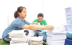 Bạn trẻ thích thú đem pin, giấy cũ đổi lấy cây xanh