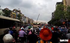 Bắt đầu nghỉ lễ, xe cộ nhích từng đoạn đường ở thủ đô