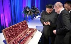 Ông Putin 'mua' thanh bảo kiếm từ ông Kim Jong Un giá 1 đồng xu