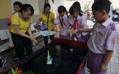 Học sinh tiểu học thích thú đua thuyền buồm, bắn tên lửa nước