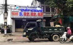 Nguyên xe tải phân gà đậu trước văn phòng taxi ngày khai trương