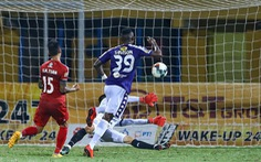 Sân Hàng Đẫy: HLV Chung Hae Seong 'hết phép', TP.HCM thua trận đầu tiên