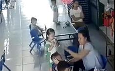 Xác minh clip bảo mẫu vừa nhồi cơm vô miệng, vừa đánh liên tiếp lên trán trẻ