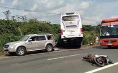 Tránh vụ chém nhau giữa đường, xe khách lao xuống khe