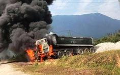 Vướng dây điện 35kV, xe ben bốc cháy ngùn ngụt