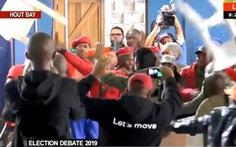 Bất đồng quan điểm, nghị sĩ quốc hội Nam Phi vác ghế choảng nhau