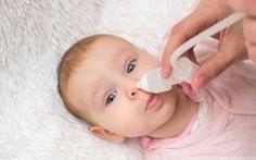 Không lạm dụng nước muối sinh lý đối với trẻ nhỏ