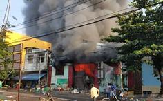 Cháy xưởng nông sản khoảng 1.000m2, hàng trăm tiểu thương tháo chạy