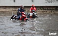 Người dân TP.HCM vật lộn trong mưa đầu mùa gây ngập nửa mét