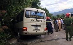 Xe chở sinh viên Singapore lao vào vách núi, 18 du khách bị thương