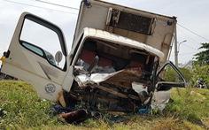 Dân cắt cabin cứu tài xế gãy chân, kẹt cứng sau va chạm với xe tải