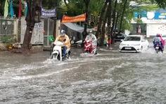 Chiều chủ nhật mưa rơi, người dân TP.HCM lại bì bõm lội nước