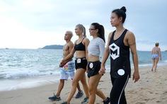 100 vận động viên biểu diễn cơ thể cường tráng bên bờ biển