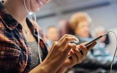 Tại sao nhiều hãng buộc hành khách tắt điện thoại trên máy bay?