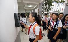 Học sinh TP.HCM quẹt thẻ thông minh để điểm danh, mua nước ở trường