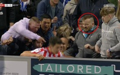 Xem khoảnh khắc cầu thủ Sunderland bị CĐV 'đá và đấm'