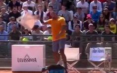 Video tay vợt Úc Nick Kyrgios ném vợt, quăng ghế, đá chai nước