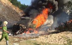 Xe container đang đậu bốc cháy ngùn ngụt, không thể cứu kịp