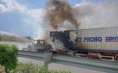 Xe container cháy ngùn ngụt trên cao tốc TP.HCM - Long Thành - Dầu Giây