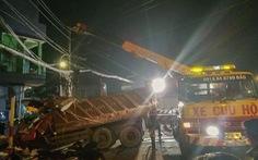 4 người tá hỏa phát hiện xe ben lao thẳng, tông sập nhà mình