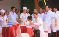 Thứ trưởng Bộ Y tế cho trẻ uống vitamin A hưởng ứng Ngày vi chất dinh dưỡng