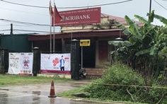 Tên cướp mặc áo mưa lao vào chi nhánh Agribank lấy đi 500 triệu đồng